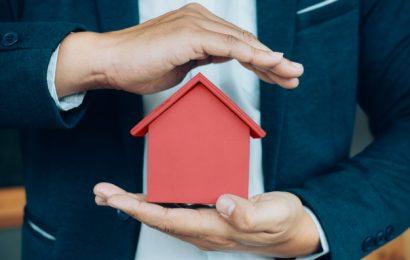Ejendomsmægler med hus i hånden