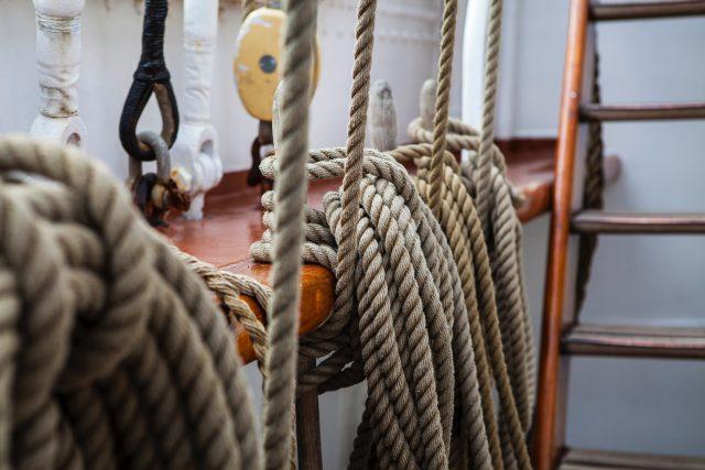 Forskellige reb nede i kabyssen på en mindre sejlbåd