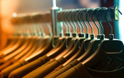 Vælg det rette tøjstativ til din butik
